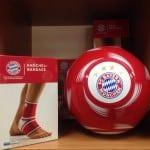 Knöchel Bandage und Fußball von FC Bayern München